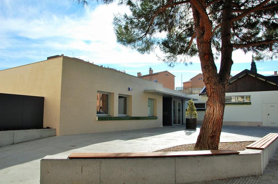 Entrada principal al nou Centre de dia Montserrat i nova plaça oberta al barri.