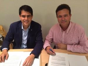 Marc Castells i Josep Bigas durant la signatura del contracte