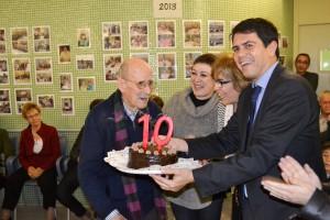 L'usuari més gran del centre, el Sr Pere Escudé, bufant les espelmes amb l'alcalde.