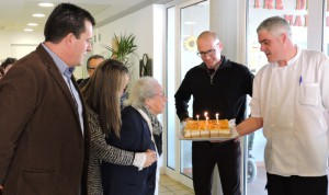 Bufada d'espelmes del pastís d'aniversari amb l'àvia més gran del centre de dia Mar i Cel